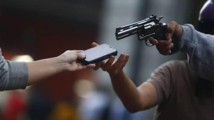 Resultado de imagem para bandidos armados roubam celular