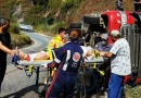 Carreta carregada de café tomba e deixa caminhoneiro ferido na estrada que liga Itabira a Nova Era.