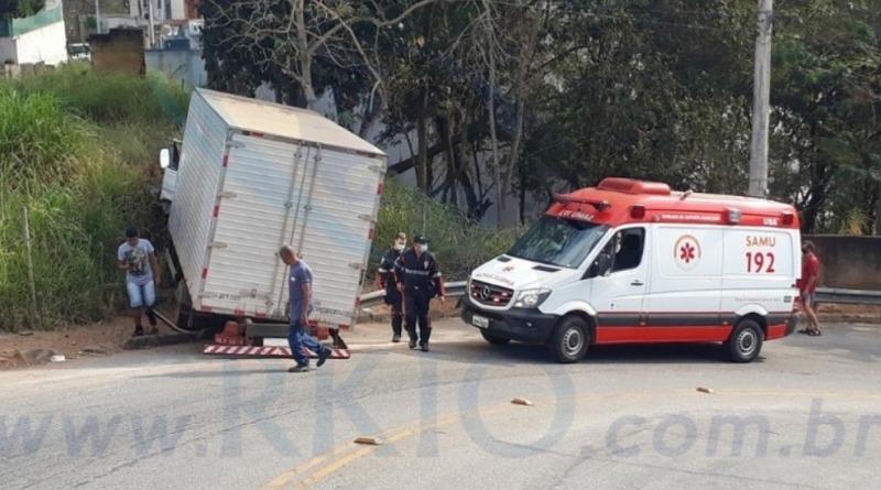 Caminhão desgovernado bate em barranco no Centro de Itabira