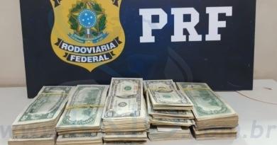 PRF apreende mais de R$ 100 mil dólares sem comprovação de origem