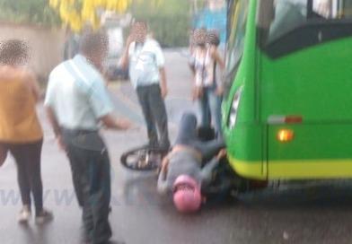 Motoqueiro é socorrido após bater de frente com ônibus em Itabira